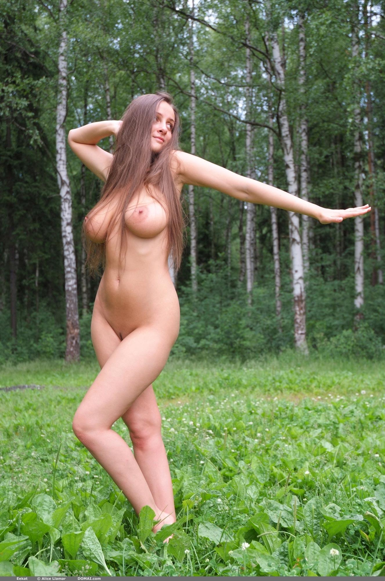 golie-soski-na-prirode-foto