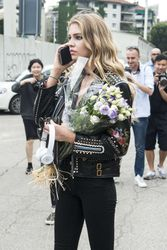 28009800_Stella-Maxwell--Versace-Fashion